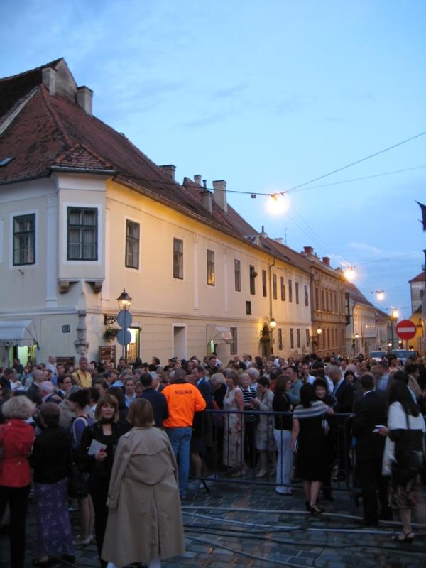 Zagabria - la folla all'ingresso della piazza prima della rappresentazione